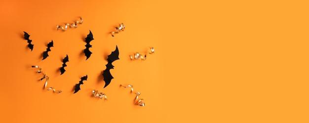 Halloween banner met zwarte vleermuizen op een oranje achtergrond, bovenaanzicht. poster, voucher, aanbieding, coupon, vakantieverkoop.