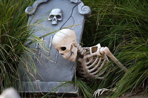 Halloween begraafplaats achtergrond. gelukkig halloween-skelet op begraafplaats.