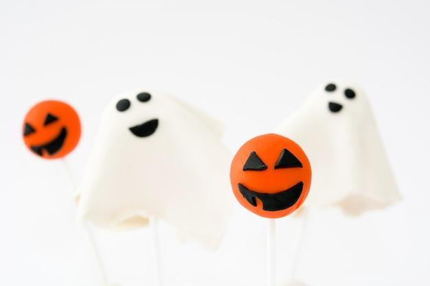 Halloween-cake knalt geïsoleerd op witte oppervlakte