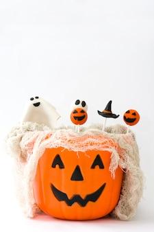 Halloween-cake springt in een mand met pompoenvorm