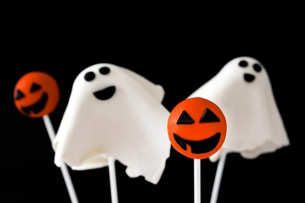 Halloween-cake springt op zwarte oppervlakte