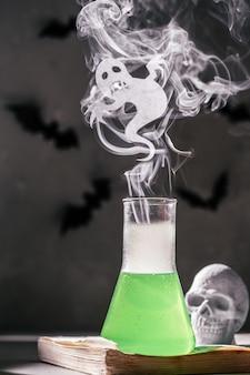 Halloween-concept labfles met kleine geest