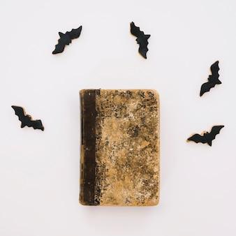Halloween concept met boek en vleermuizen