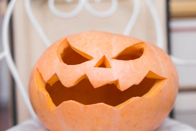 Halloween-concept met griezelige pompoen