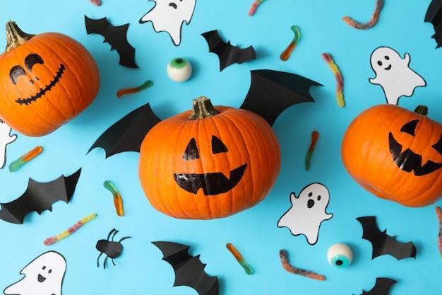 Halloween-concept met pompoenen, spoken, snoepjes en vleermuizen