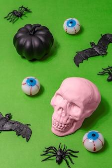 Halloween-concept met roze schedelspinnen, vleermuizen en oogbollen