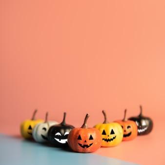 Halloween-concept, pompoen met glimlachgezicht op pastelkleurenachtergrond.