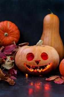 Halloween creatieve compositie met een schedel en een enge pompoen