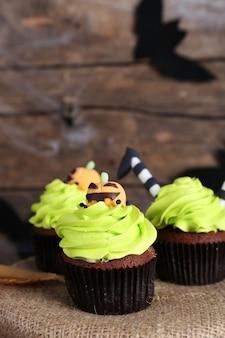 Halloween cupcakes op tafel op houten muur achtergrond