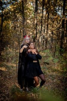 Halloween-daemon doodt de heks in het bos.