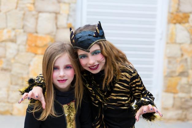 Halloween-de kostuums van jong geitjemeisjes het doen schrikken gebaar