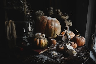 Halloween decor. 4k behang. Oude pompoenen, pomgranates, appelen