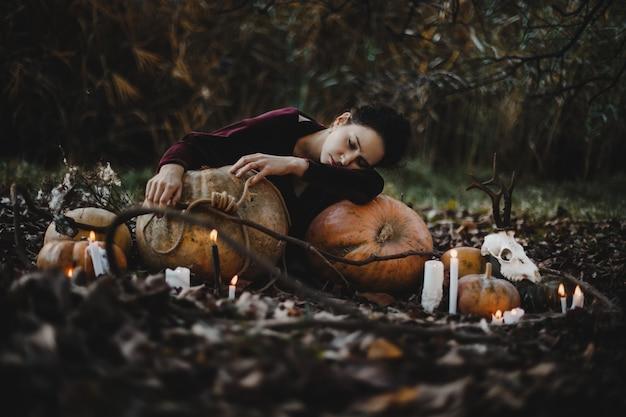 Halloween decor. vrouw ziet eruit als een heks die droomt