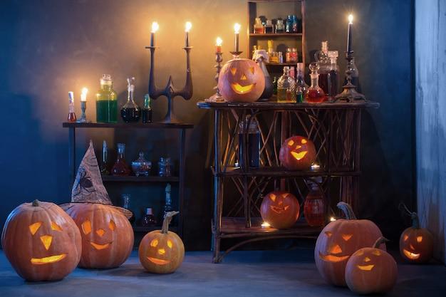 Halloween-decoratie met pompoenen en toverdrankjes binnen