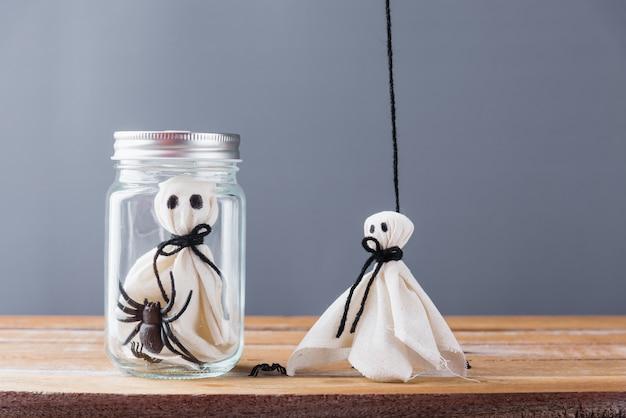 Halloween-decoratie met spook en spin in kruik