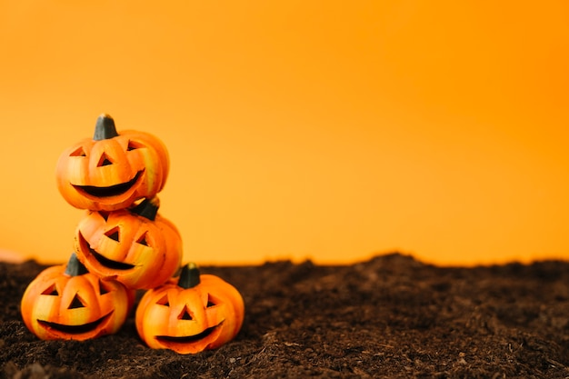 Halloween decoratie met vriendelijke pompoenen