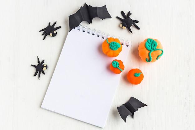 Halloween-decoratie: pompoenen en spinnen met de hand gemaakt van plasticin