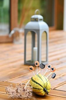 Halloween-decoratieachtergrond met pompoen en rond suikergoed waarop zwarte kevers en spinnenwebben