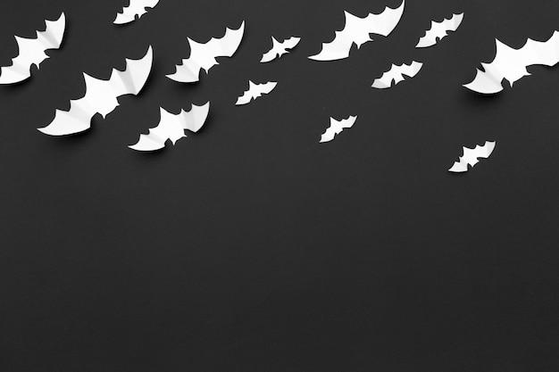 Halloween-decoratiedocument knuppels die op zwarte achtergrond vliegen