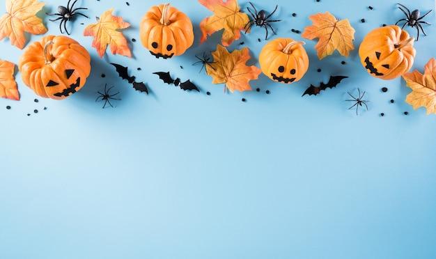 Halloween-decoraties gemaakt van pompoen, papieren vleermuizen en zwarte spin