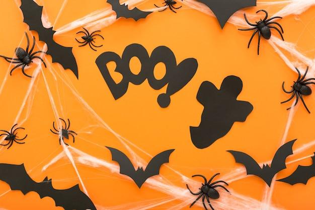 Halloween-decoraties met spinnenwebspook en spinnen als symbolen van halloween op oranje backgraund