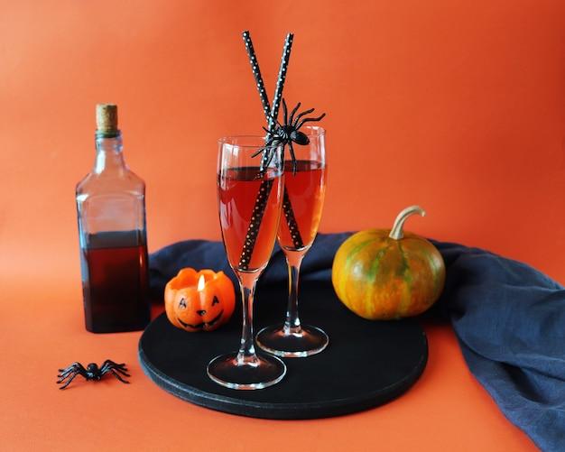Halloween drinkt wijn pompoen brandende kaars op oranje achtergrond gefeliciteerd concept