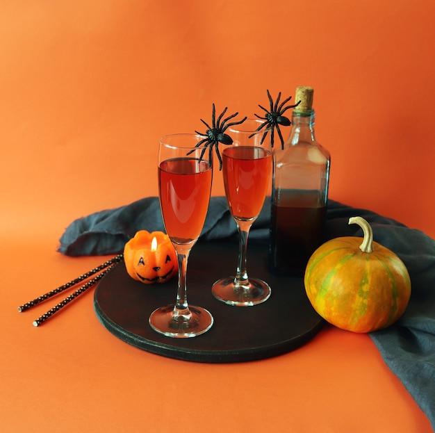 Halloween drinkt wijn pompoen brandende kaars op oranje achtergrond