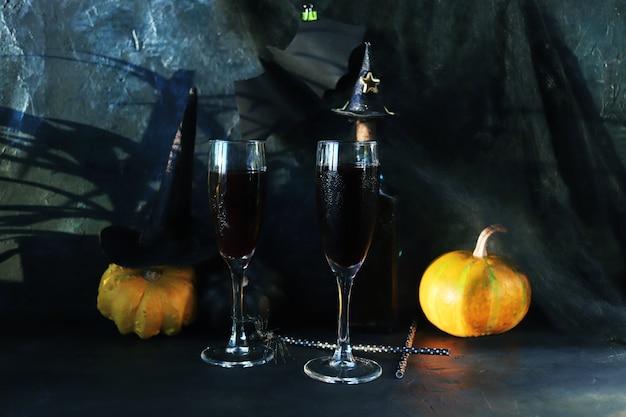 Halloween drinkt wijnpompoenen mystieke decoraties op een zwarte achtergrond