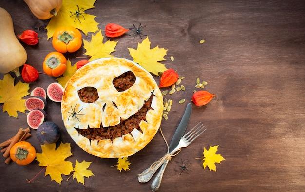 Halloween eten. zelfgemaakte taart op een houten tafel. traditionele amerikaanse vakantie. kopieer ruimte.