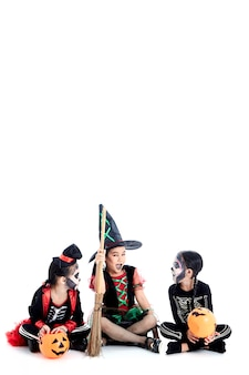 Halloween-feest met aziatische groepskinderen