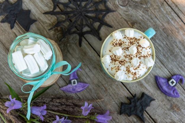 Halloween feest. mokka met marshmallows en schuim. bovenaanzicht.