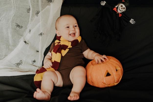 Halloween. gelukkige kleine jongen kind lacht en lacht met pompoen jack