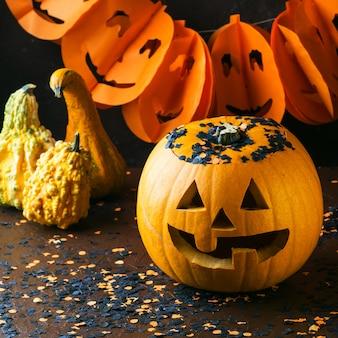 Halloween gesneden pompoen en confetti. donker