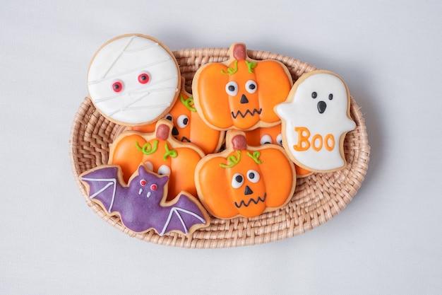 Halloween grappige koekjes in houten mand. trick or threat, happy halloween, hallo oktober, herfst herfst, feestelijk, feest en vakantie concept