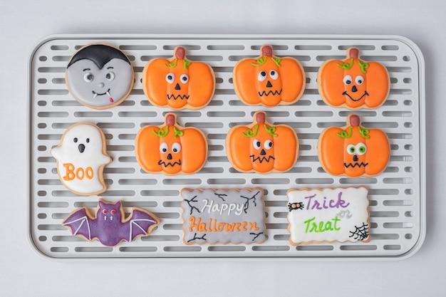 Halloween grappige koekjes op dienblad. trick or threat, happy halloween, hallo oktober, herfst herfst, feestelijk, feest en vakantie concept