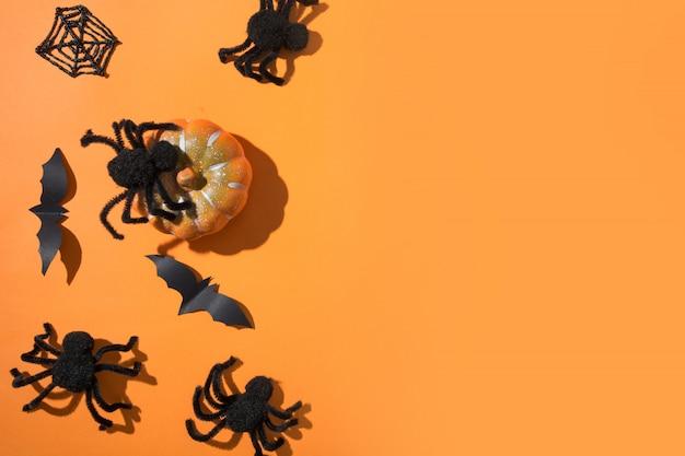 Halloween-grens met zwarte spinnen op sinaasappel