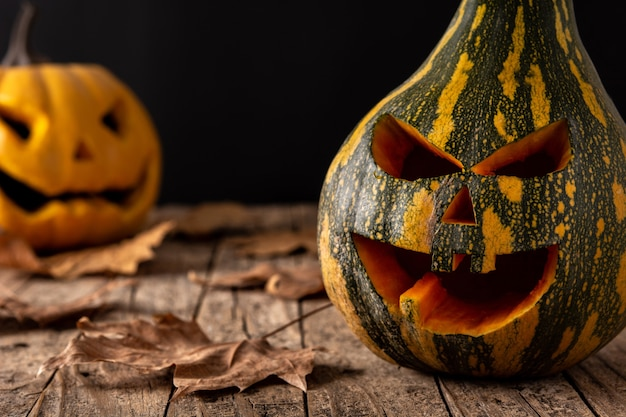 Halloween groene pompoenen op houten tafel en zwarte achtergrond