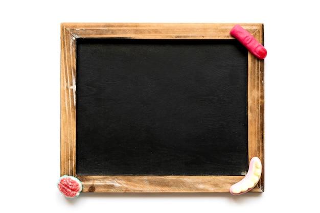 Halloween gummies op blackboard