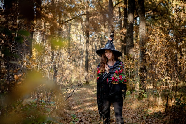 Halloween-heks met een mes in het bos