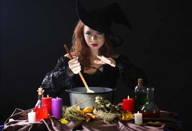 Halloween-heks op zwart Premium Foto