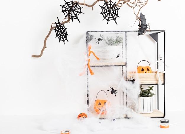 Halloween-interieurdecoratie met vleermuizen, spinnenweb, geïsoleerde schedel