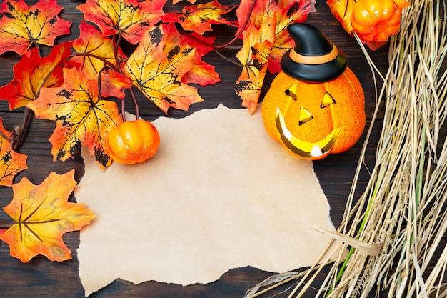 Halloween jack o'lanter's lichtgevende pompoenkop met een lamp in een puntige zwarte hoed met een blanco ambachtelijk papier
