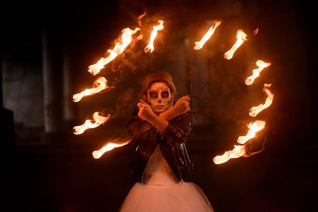 Halloween. jong mooi meisje met make-up skelet