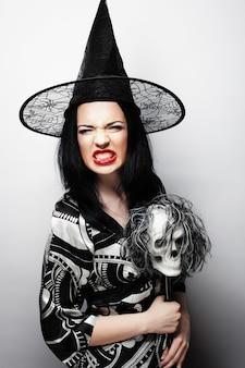 Halloween. jonge vrouw met een schedel.