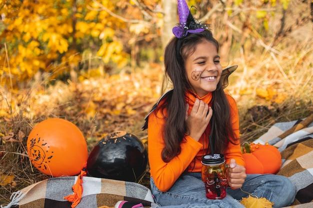 Halloween-kinderen. portret lachend meisje met bruin haar tot op deken. grappige kinderen in carnavalskostuums.
