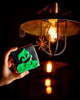 Halloween-koekjes op een achtergrond van een heldere gloeilamp