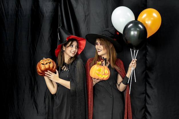 Halloween-kostuums tiener jong volwassen meisje in partij
