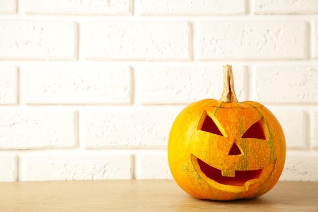 Halloween-lantaarn van de pompoen de hoofdhefboom op witte achtergrond met exemplaarruimte