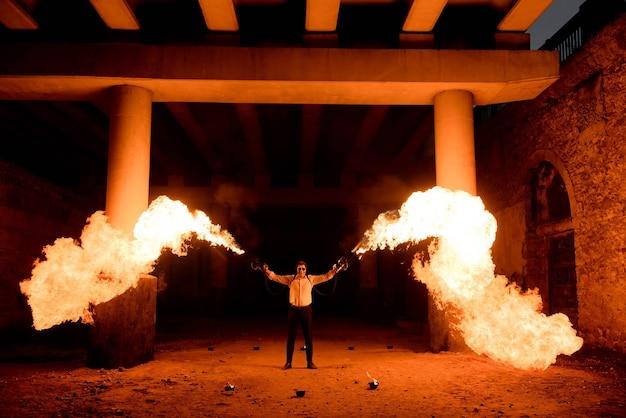Halloween man in kostuum met een vlammenwerper in zijn handen