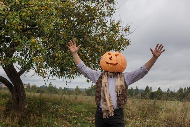 Halloween-mannen met pompoenhoofd